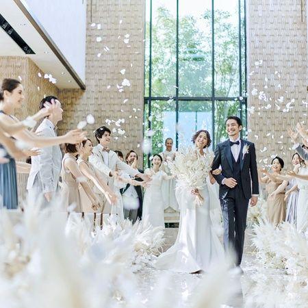キンプトン新宿東京(kimpton shinjuku tokyo) ゲストに祝福を受ける花嫁と花婿
