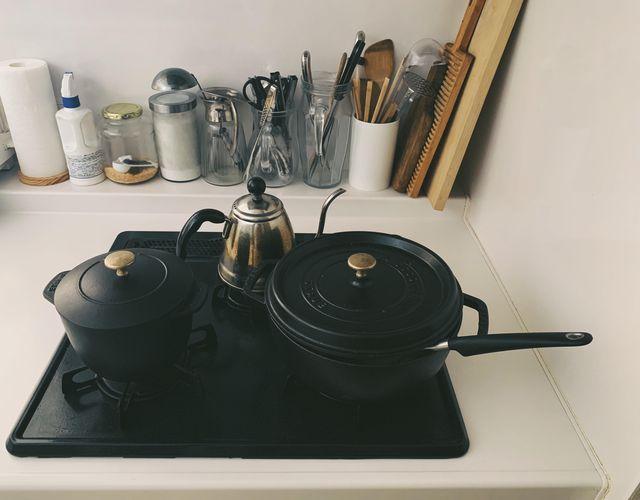 ストウブの鍋やキッチンツールが並ぶ台所