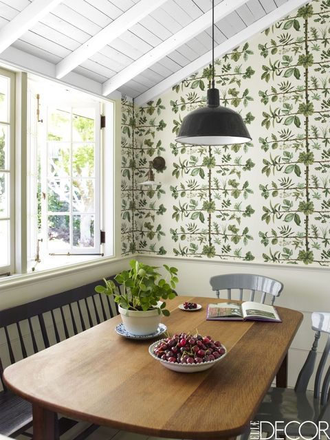 Anda Dapat Menggunakan Wallpaper Dengan Corak Dedaunan Yang Hijau Dan Dipadukan Meja Makan Berbahan Kayu Gunakan Jendela Ukuran Besar Untuk