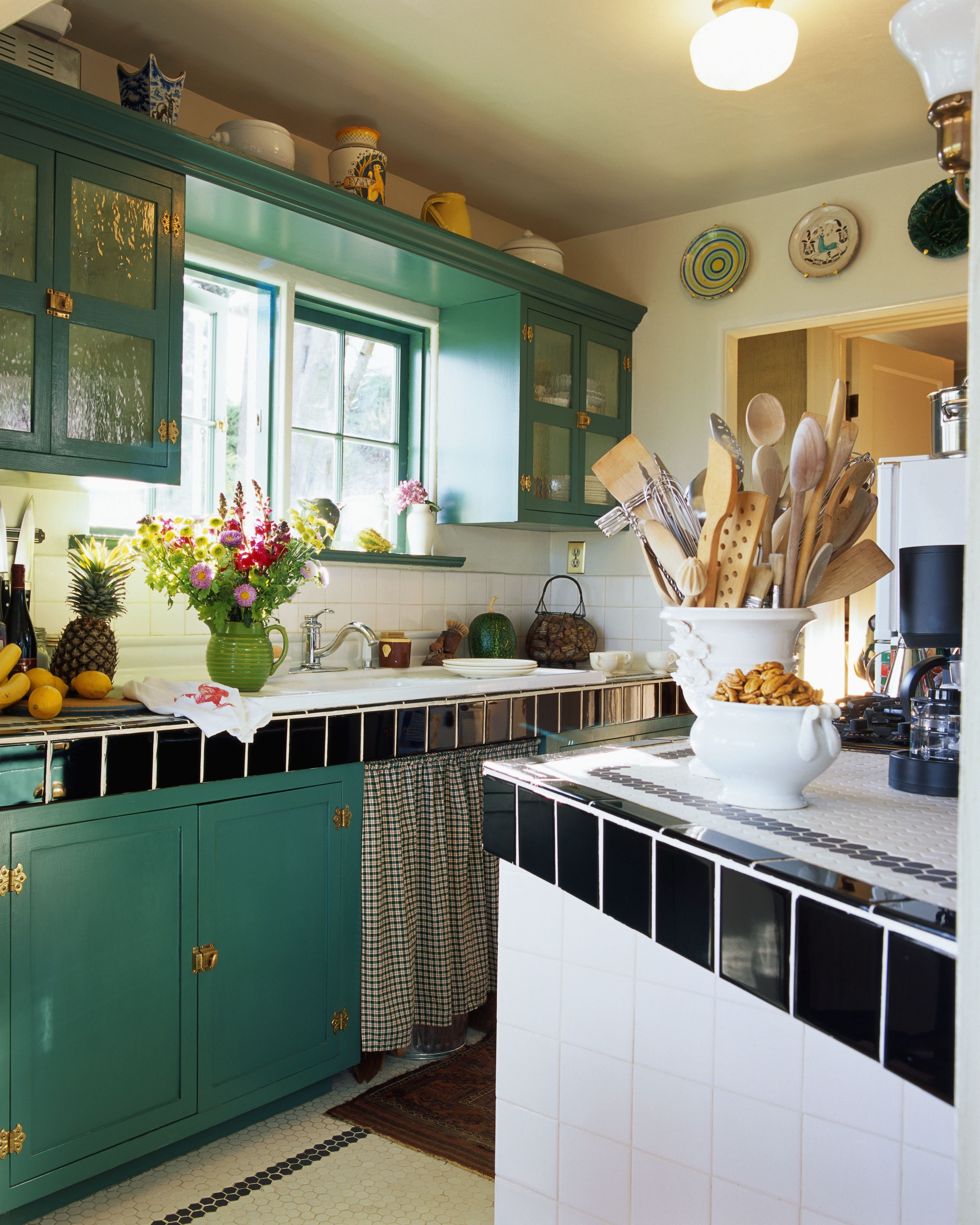 18 Ideas For Decorating Above Kitchen, Decorate Above Your Kitchen Cabinets