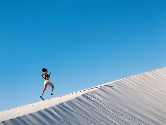 vrouw hardlopend op een duin