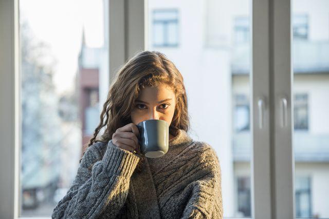 vrouw die een gezond kopje koffie drinkt
