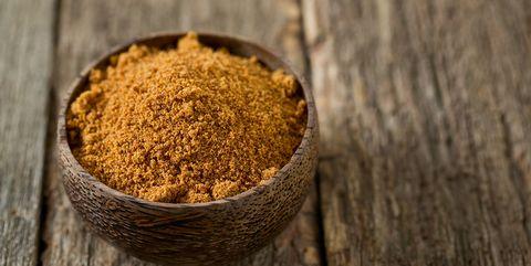 Kokosbloesemsuiker in een houten bakje