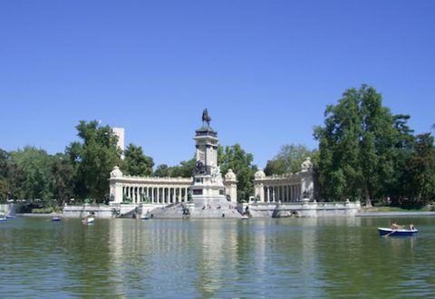 Water, Watercraft, Water resources, Bank, Waterway, Landmark, Reflection, Watercourse, Boat, Lake,