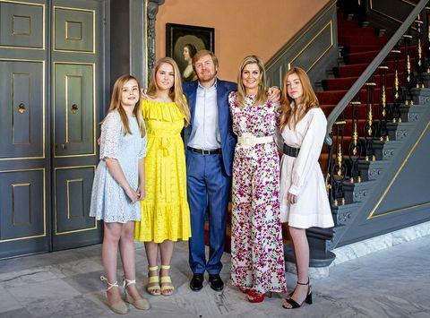 koning willem alexander, koningin maxima, prinsessen amalia, alexia en ariane in paleis huis ten bosch op koningsdag 2020