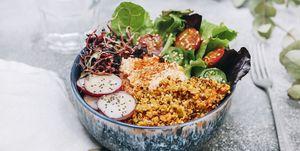 Buddha bowl met quinoa, hummus, sla en radijs