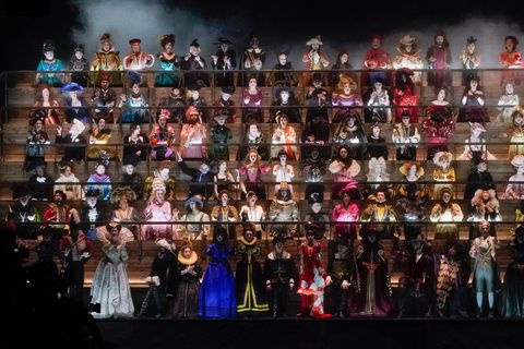 Een koor bij de Louis Vuitton Herfst/Winter 2020 show.