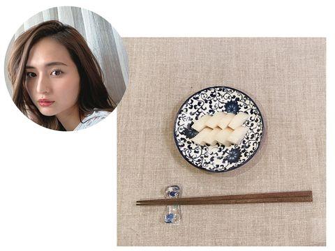 Brooch, Beige, Circle, Ear, Fashion accessory, Clock, Jewellery, Plate,