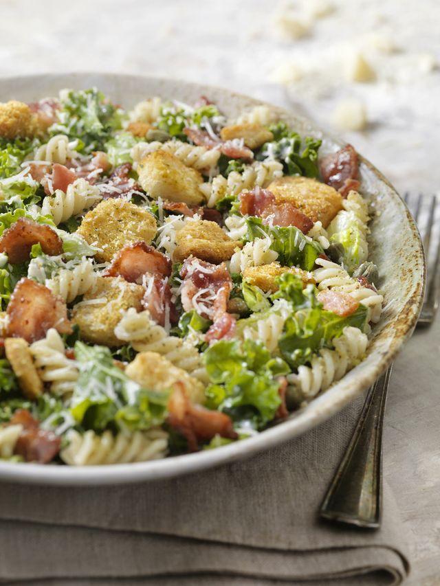 koude pastasalade met kip, bacon en croutons   a la caesar salad