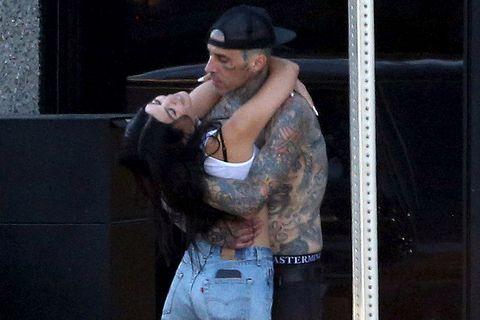 kourtney kardashian y su novio, travis barker, se besan por las calles de los angeles