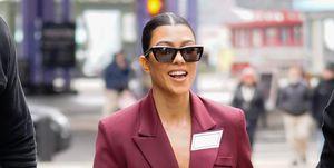 Kourtney Kardashian con un traje burgundy en las calles de Nueva York.