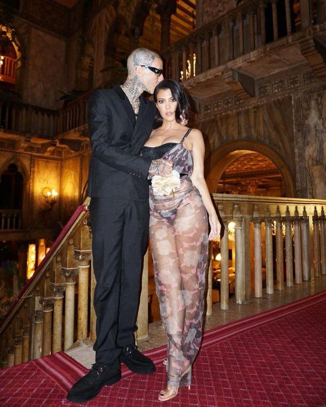 travis barker y kourtney kardashian, en una foto de redes