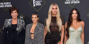 Kim, Khloé y Kourtney Kardashian con Kris Jenner en los People's Choice Awards