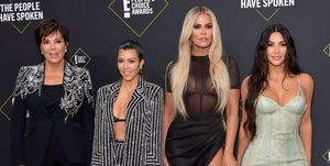 Kim, Khloé y Kourtney Kardashian con Kris Jenner en los People's Choice Awards