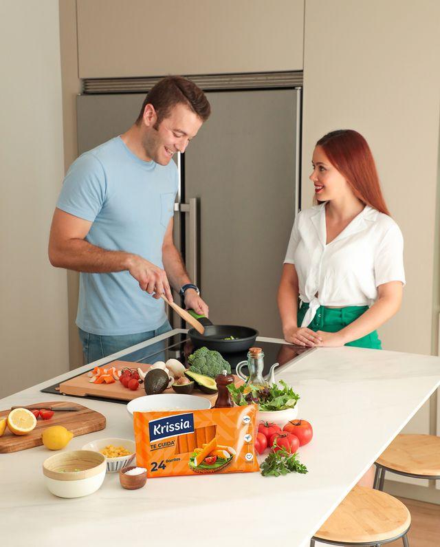 pareja cocinando una ensalada de krissia