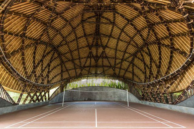 kura kura, una cancha de badminton hecha con bambu en indonesia, diseñado por ibuku y studio jencquel