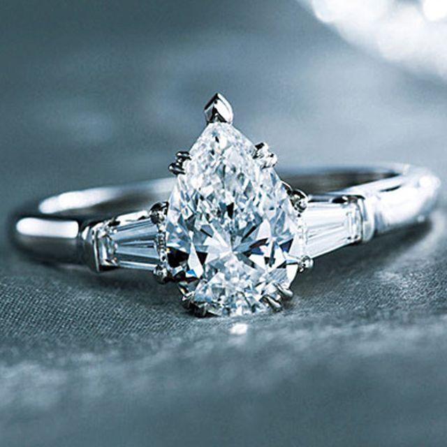 個性が輝く! ペアシェイプダイヤの婚約指輪