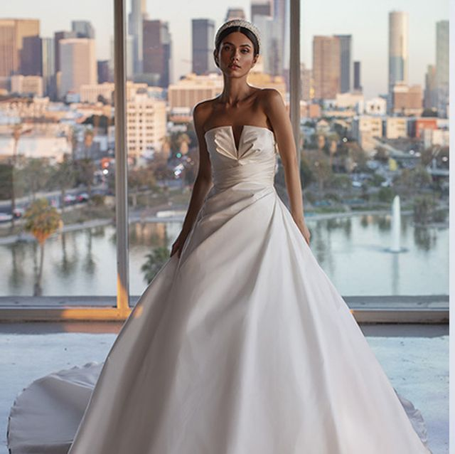 ハリ&光沢が美しい! エレガントあふれるドレス8選