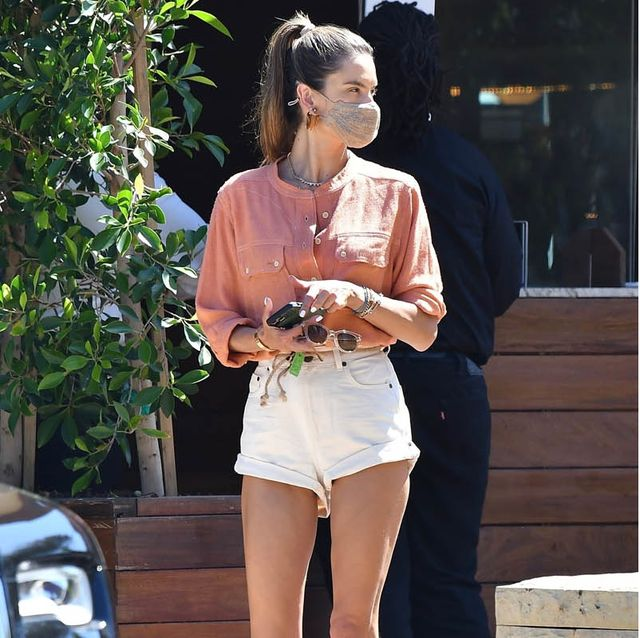 アレッサンドラ・アンブロジオになりきり! bohoシックに着こなす、大人のピンクシャツコーデ