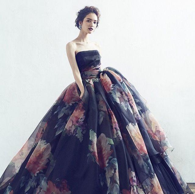 劇的お色直しが叶う、ダークカラーのドレスカタログ