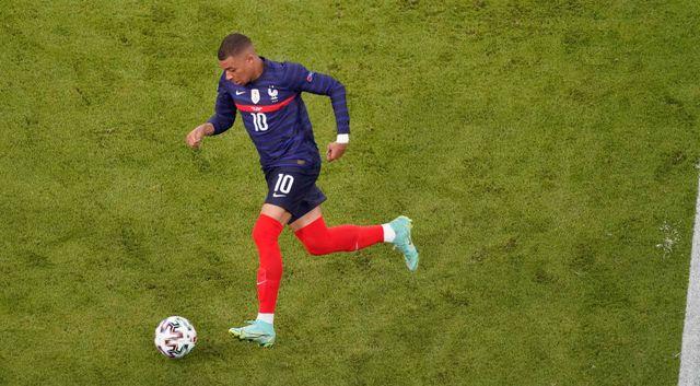 kylian mbappe lleva el balon en un partido con la seleccion francesa de futbol en la eurocopa 2021
