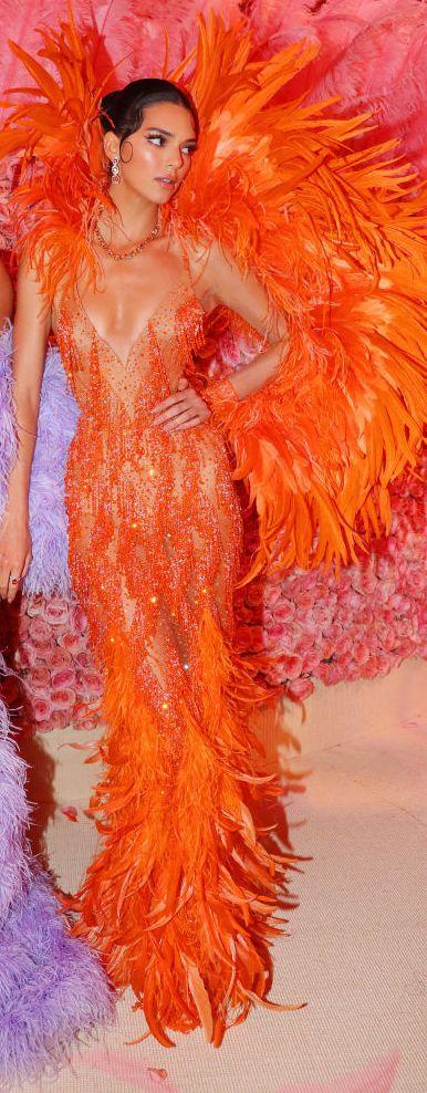 kendall jenner en la gala met de 2019 con un vestido de fiesta de plumas naranja
