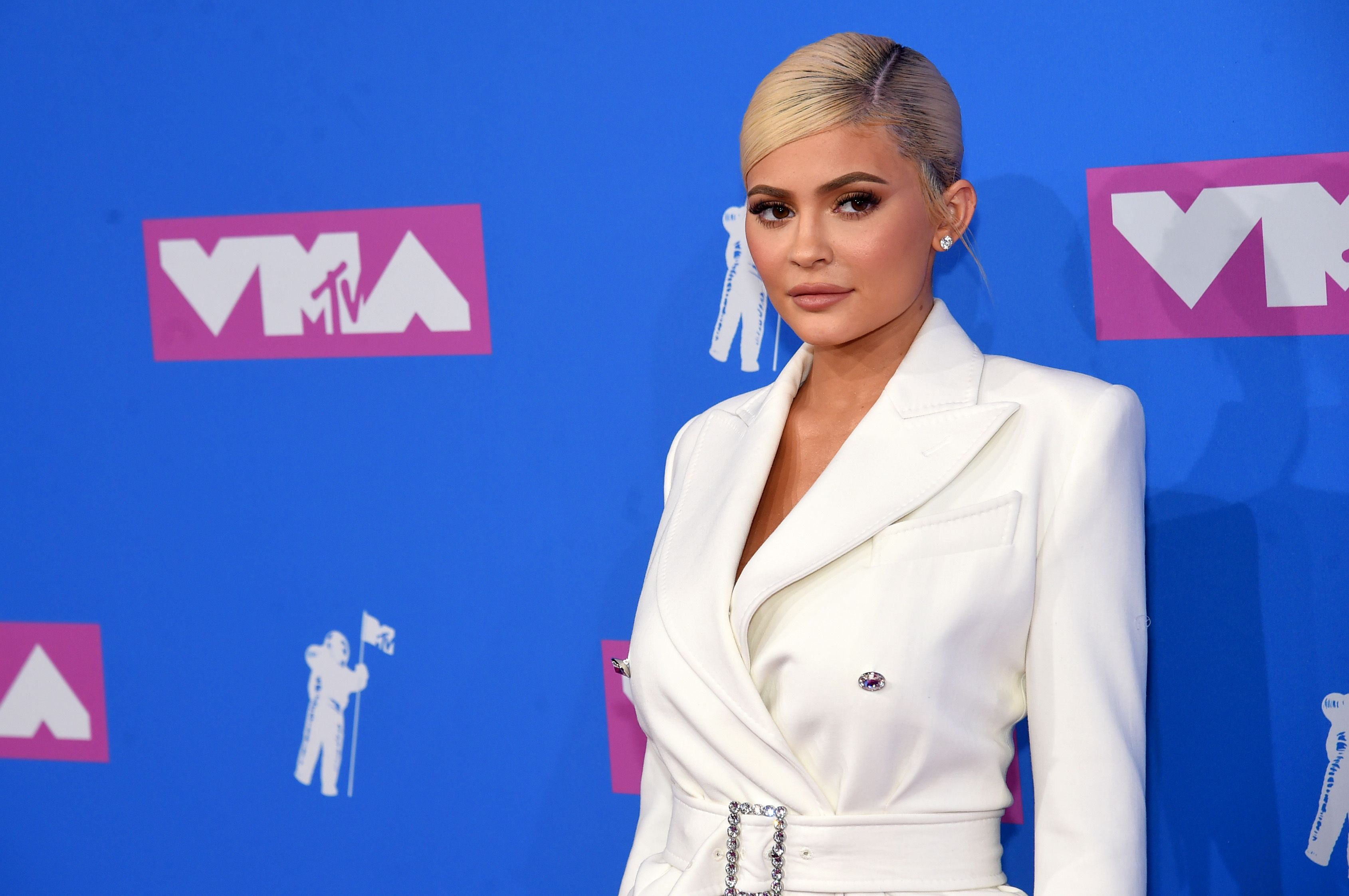 9feaa6b271 Kylie Jenner Looks Gorgeous in White Blazer Dress at the 2018 MTV VMAs — Kylie  Jenner VMAs Red Carpet Outfit