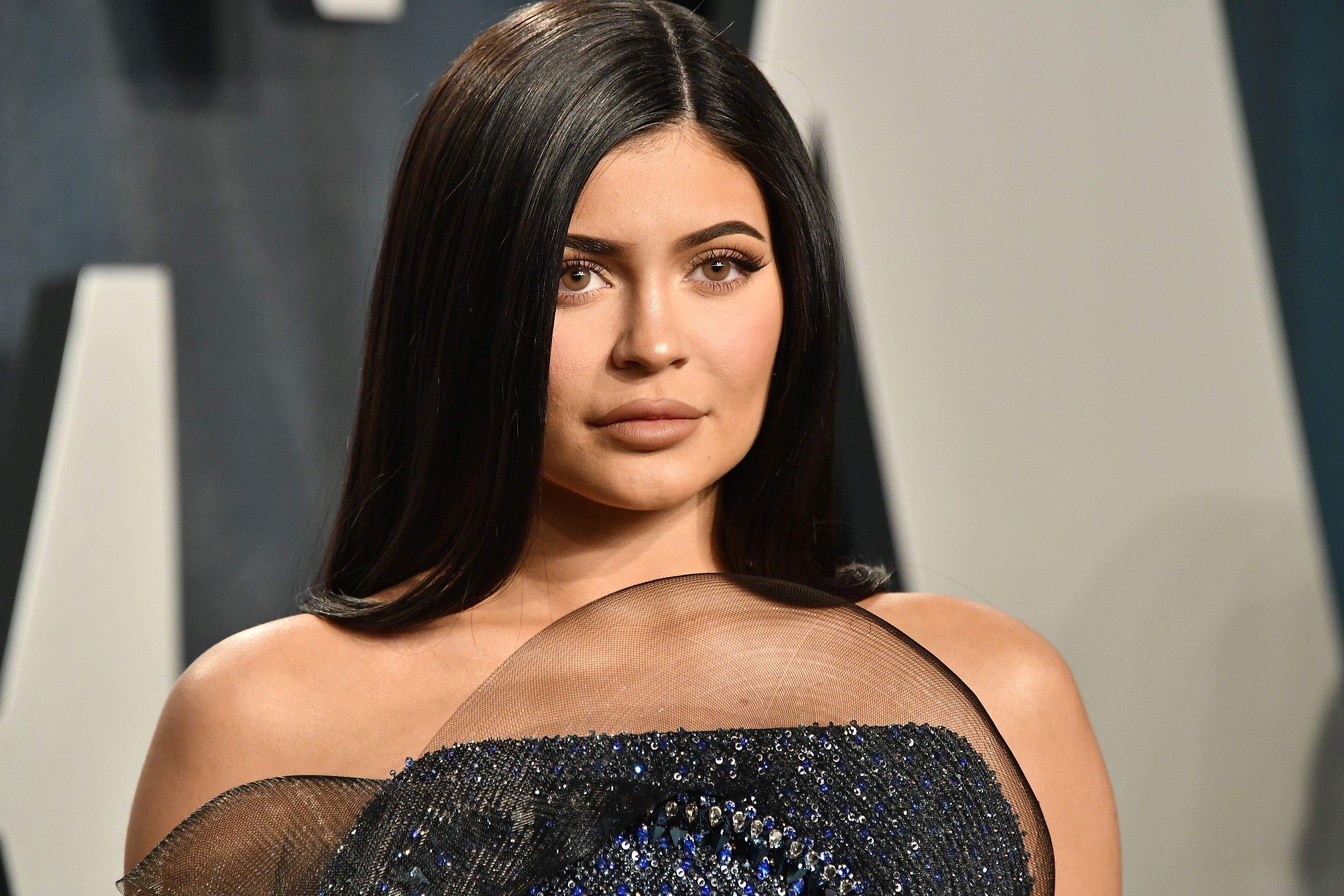 Kylie Jenner posa con el bikini de lazos perfecto para disimular cadera y estilizar la figura