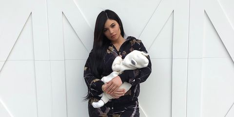 Critics are claiming that Kylie Jenner can't change diapers with her long fingernails