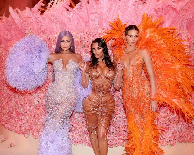 kylie jenner, kim kardashian en kendall jenner bij het met gala 2019