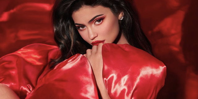 Kylie Christmas Collection 2021 Kylie Jenner Wraps Herself Like A Gift For Kylie Cosmetics Holiday 19 Collection