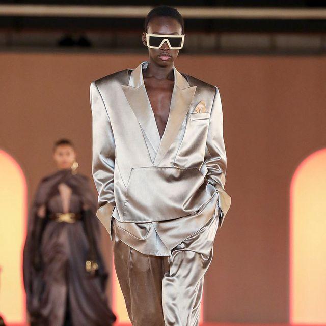 Fashion model, Fashion, Fashion show, Runway, Clothing, Eyewear, Fashion design, Human, Public event, Outerwear,