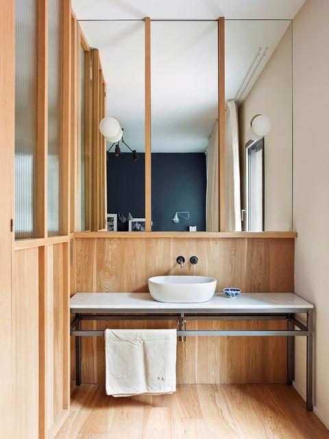 baño con revestimientos de madera de roble