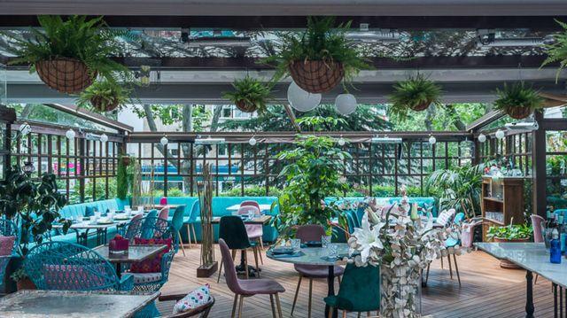 terraza del restaurante la casa de cristal, madrid