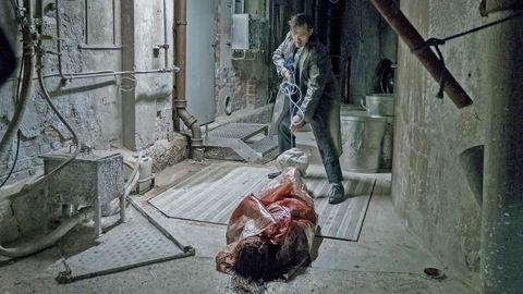 matt dillon llevando un cadáver en 'la casa de jack'