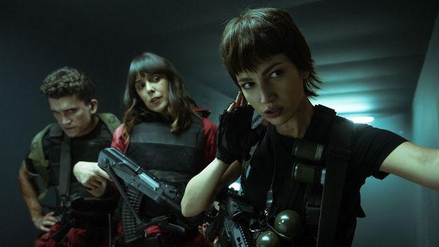belén cuesta y Úrsula corberó en una escena de la quinta temporada de 'la casa de papel'