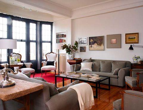 salón con sofás y butacas