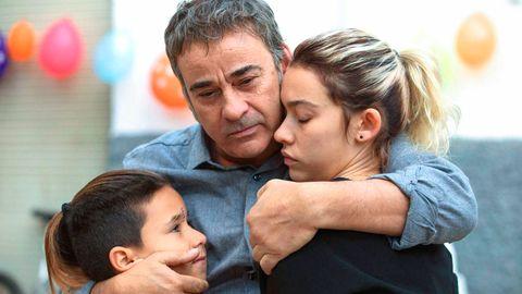 tomás martín, eduard fernández y greta fernández, abrazados, en una escena de la película la hija de un ladrón