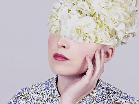 Hair, White, Headpiece, Beauty, Yellow, Hairstyle, Hair accessory, Flower, Petal, Headgear,