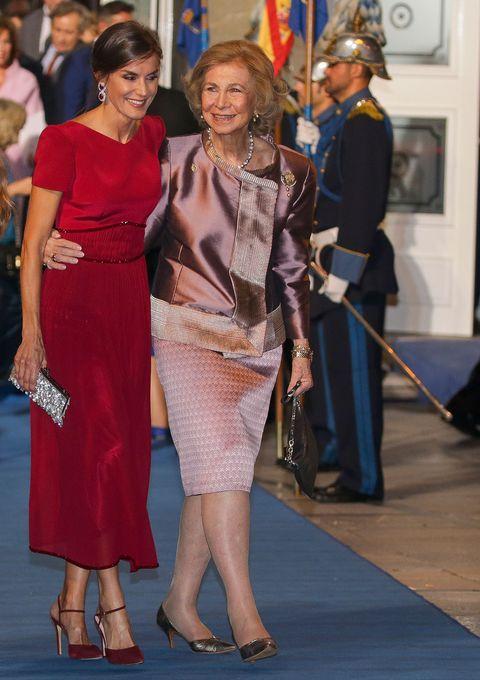 La reina Letizia y la reina Sofía, muy cómplices,durante los premios Princesa de Asturias en octubre de2019