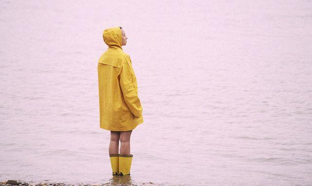 una ragazza sotto la pioggia con umore pessimista