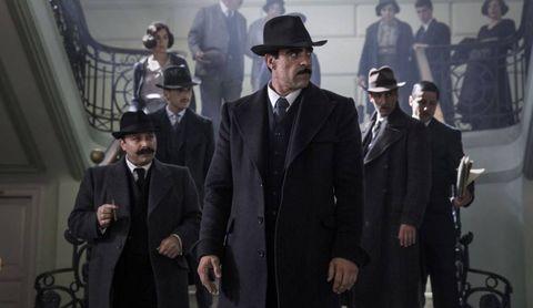 unos hombres vestidos de traje en la sombra de la ley
