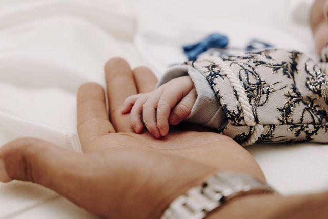 la spagna concede 16 settimane di congedo paternità, e in italia