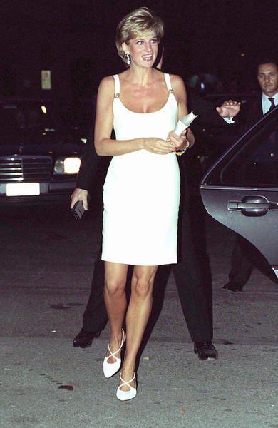 Lo stile di Lady Diana Lady Diana in Gianni Versace, in Italia per assistere un concerto di beneficienza in sostegno ai bambini bosniaci, 1995.