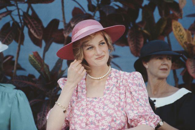 lady di vestido rosa camisero zara tendencia
