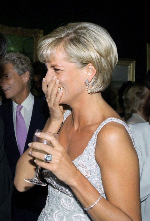 immagini dettagliate ultima vendita disabilità strutturali Meghan Markle e l'anello blu di Lady Diana,