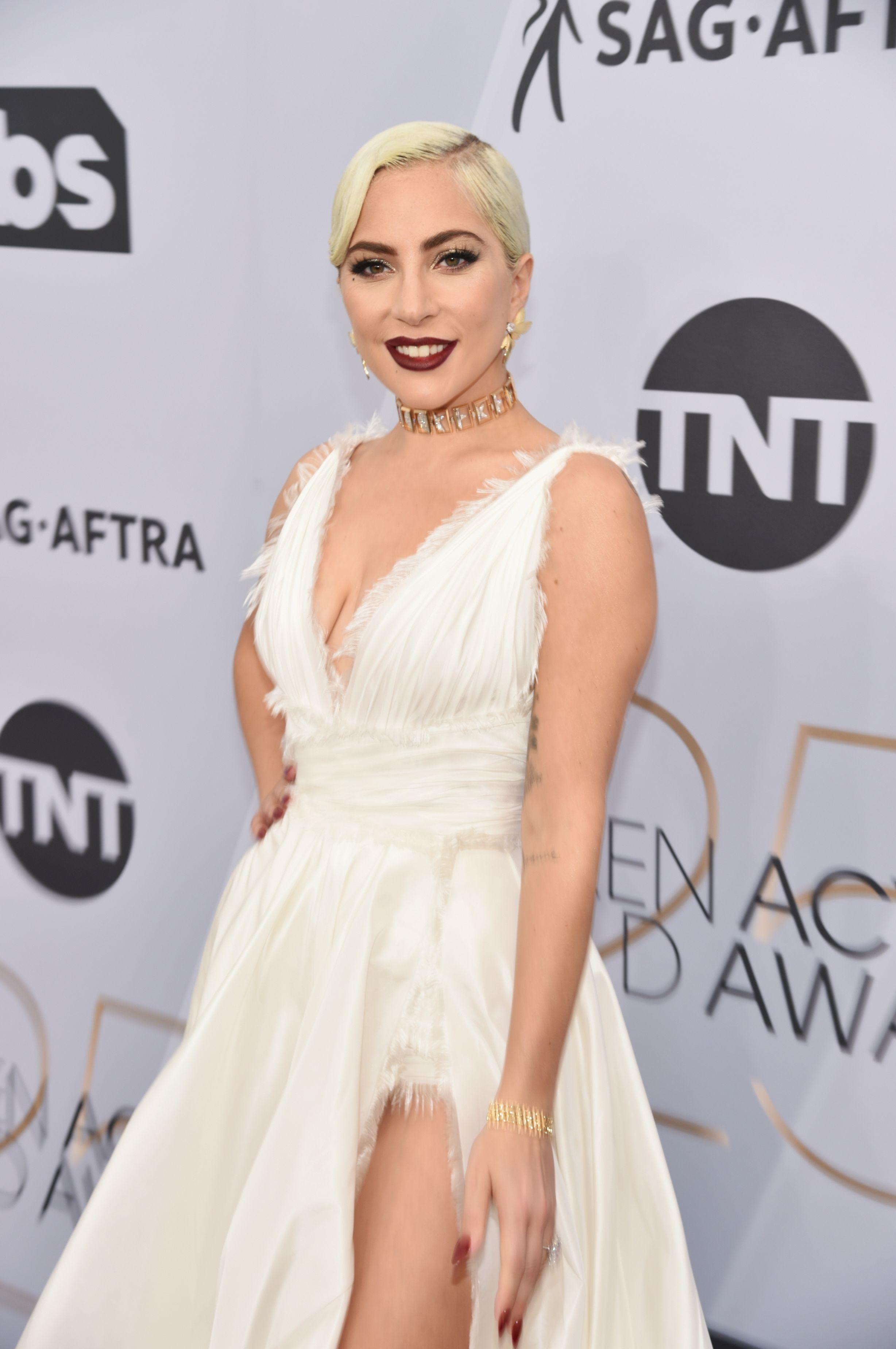 248b0a226d114f Lady Gaga draagt Dior Haute Couture op de rode loper van de SAG Awards