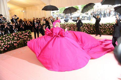 3c6c0b2882 Gala Met 2019  el vestido de Lady Gaga y sus cuatro  pasos