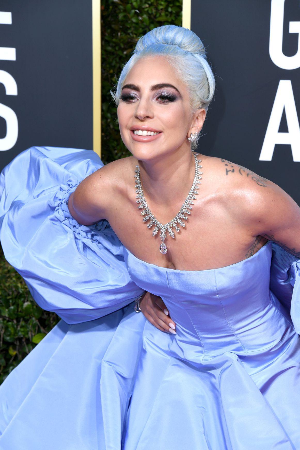 Penampilan Lady Gaga di ajang Golden Globe Awards kali ini memang sangat mempesona ya Teens (dok. Cosmopolitan)