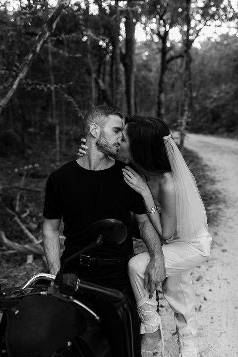 le couple s'embrassant